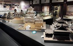 いずれも国宝の(右手前から)松江城、姫路城、彦根城、松本城、犬山城の模型=姫路市本町、兵庫県立歴史博物館