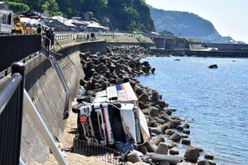 砲弾を積んだ大型トラックが約5メートル下の海岸に転落した現場=25日午後1時56分、鶴岡市小波渡