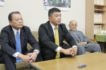 【記者会見で推薦決定を発表する(左から)芝代表、芳野氏、金森代表=四日市市政記者クラブで】