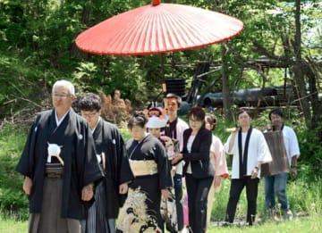 昔ながらの花嫁行列などを再現した祝言式
