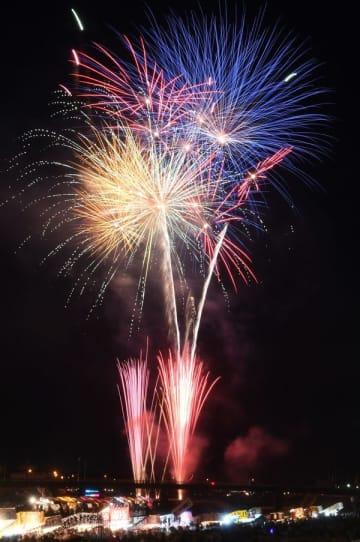 黒川河畔の夜空を彩った花火=25日午後7時半、鹿沼市朝日町