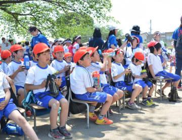 炎天下で開催された青山小の運動会。児童はこまめに水分を取りながら競技を見守った=25日、盛岡市青山