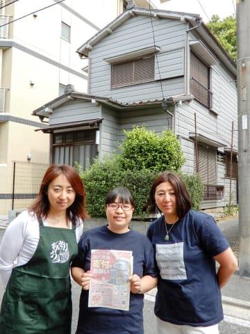 「おもいやり隊」が多世代拠点に予定している民家の前に立つ(左から)根島さん、津ノ井さん、吉永さん=横浜市南区