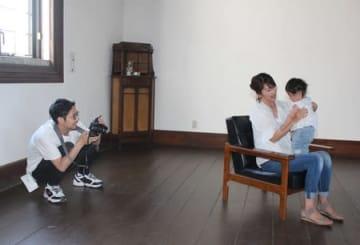 親子の自然な笑顔を捉えた撮影会「びよりSNAP」=25日、上越市中央3