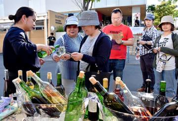 至極のワインを買い求める来場者でにぎわったフェスティバル=南陽市えくぼプラザ前
