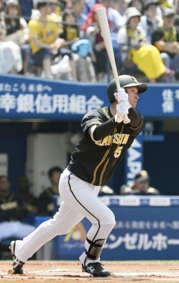 1回阪神、近本が右越えに先頭打者本塁打を放つ=横浜