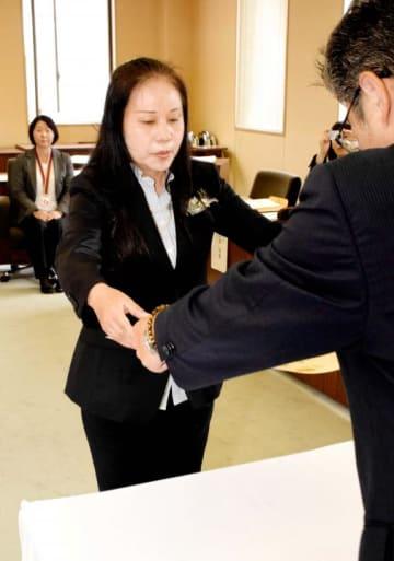 消費者支援功労者表彰のベスト消費者サポーター章を受ける岡本さん