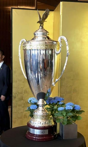 トランプ米大統領が宿泊するホテルのロビーで公開された「米国大統領杯」=26日午後、東京都内