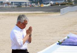事故が発生した大蔵海岸に設けられた献花台に手を合わせる泉房穂市長=明石市大蔵海岸通1