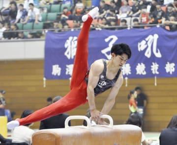 東日本学生選手権で、あん馬の演技をする谷川翔=一関市総合体育館
