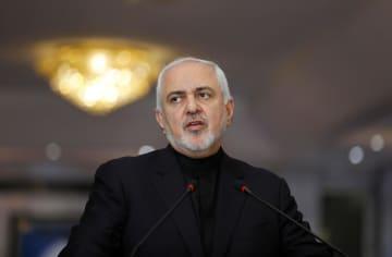 26日、イラク・バグダッドで記者会見するイランのザリフ外相(ロイター=共同)