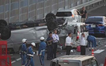 乗用車複数台と観光バス1台が絡む事故が起きた現場(24日午後6時50分、滋賀県草津市笠山5丁目)
