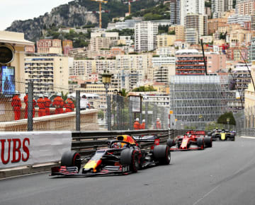 F1モナコGPで走行するレッドブル・ホンダのマックス・フェルスタッペン(手前)=モンテカルロ(ゲッティ=共同)