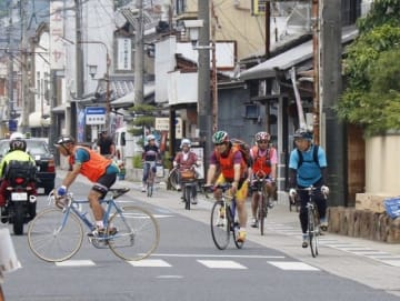 西日本豪雨の被災地を自転車で走る参加者=矢掛町矢掛