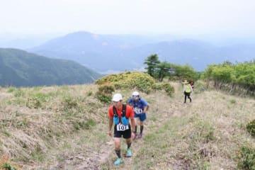 駒の尾山の尾根道を懸命に登るランナーたち