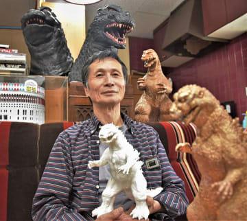 怪獣模型の原型師として活躍した原詠人さん。自宅は自作のゴジラやグッズで埋め尽くされている=岐阜市鷺山東