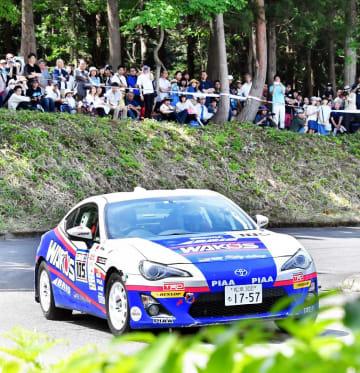 大勢のファンの前で迫力の走りをみせるラリーカー=5月26日、福井件勝山市のスキージャム勝山