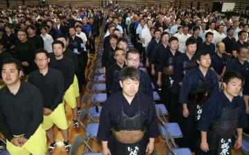 整列する各郡市の選手ら=26日、昭和電工武道スポーツセンター