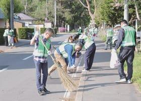 清掃活動に励むライオンズの会員たち