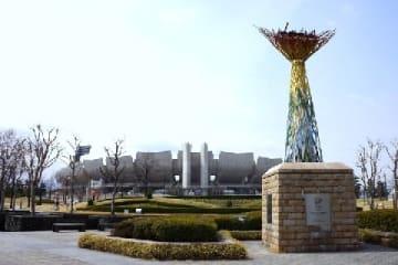 長野五輪の開閉会式が行われた長野オリンピック記念スタジアム。現在は公園として一帯が整備されている(2019年4月、長野市=猪谷千香撮影)