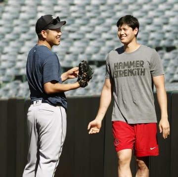 4月の試合前に談笑するマリナーズ・菊池(左)とエンゼルス・大谷=4月18日、アナハイム