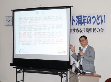 核情勢について講演する鈴木副センター長=長崎市魚の町、市民会館