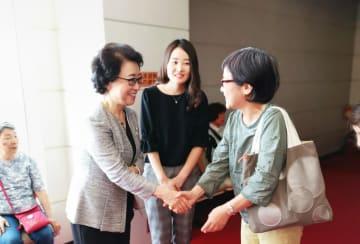 上映会後、観客と交流する辛潤賛さん(左)=横浜市金沢区