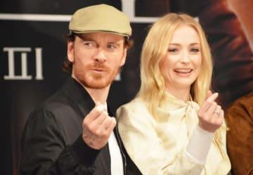 指でハートを作るマイケル・ファスベンダー(左)とソフィー・ターナー(右)