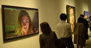 チャット画面を描いた作品に見入る来館者ら=緑区のホキ美術館