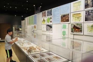 古津八幡山遺跡の発掘調査結果を、パネルや出土品などで紹介している速報展=26日、新潟市秋葉区