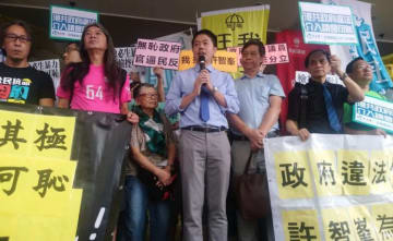 Democratic Party lawmaker Ted Hui speaking outside the Eastern Law Courts building. Photo: Ted Hui, via Facebook.