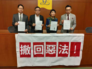 Pro-democracy lawmakers challenge the chief executive to a televised debate. Photo: inmediahk.net.