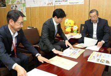 総務省で鈴木副大臣(右)に県の提案を説明する伊原木知事(中央)