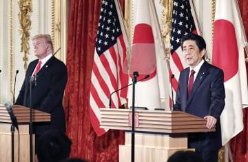 共同記者会見する安倍首相(右)とトランプ米大統領=27日午後、東京・元赤坂の迎賓館(代表撮影)