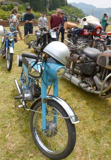 「ランペットCA2」などのオートバイが並ぶ会場(京都府綾部市睦寄町・二王公園)
