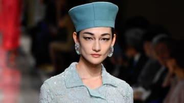 イタリアのファッションブランド「ジョルジオ・アルマーニ」の初のクルーズコレクションでランウエーを歩く冨永愛さん