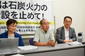 提訴後に会見を開いた、原告団代表の鈴木さん(中央)ら=東京都千代田区
