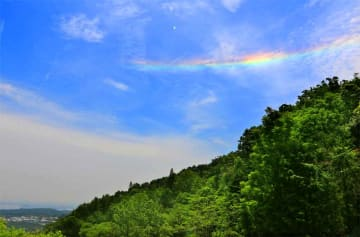 奥比叡の山並みの上空に現れた環水平アーク(27日午前11時5分ごろ、大津市伊香立南庄町)