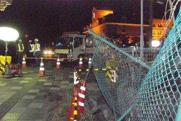 事故現場の県道で安全対策に取りかかる工事関係者ら(大津市大萱6丁目)