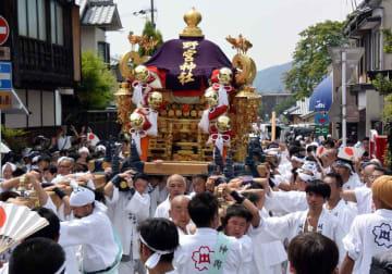 「ほいっと、ほいっと」の威勢の良いかけ声とともに、御旅所を出発する神輿(京都市右京区)