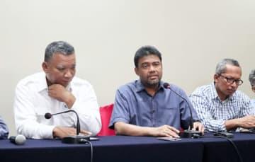 死者を出した暴動に関する調査の実施を訴えるKSPIのサイド代表(中央)と関係者ら=27日、ジャカルタ(NNA撮影)