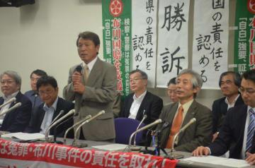 記者会見で安堵の表情を浮かべる桜井さん(中央)と谷萩弁護士(中央右)=27日午後5時8分、東京・霞が関の弁護士会館