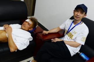 控え室で安静にしながら記者の質問に応える木村翔(左)と青木ジムの有吉会長