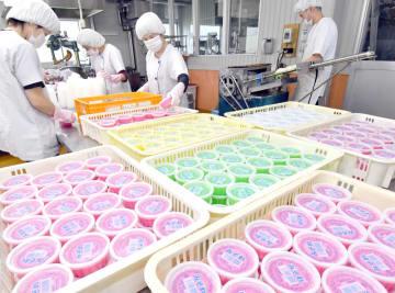 暑さの影響で製造が早くも本格化しているカップかき氷=5月27日、福井県越前市矢放町の柿谷商店