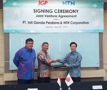 Japanese bearing maker NTN Corp. signes a joint venture agreement with a local firm under Indonesia's largest auto parts maker Astra Group to produce joints for front-wheel-drive cars on May 23. (Photo courtesy of NTN)