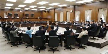 女性活躍・ハラスメント規制法案を可決した参院厚労委=28日午前