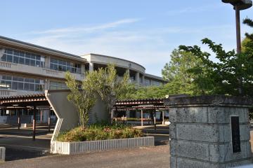 城南中と統合し、新中学校となる愛宕中。2022年4月開校を目指す=龍ケ崎市