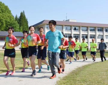 川内優輝(手前右)とジョグする西和賀高陸上部員