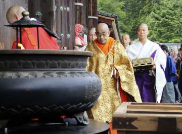 奈良市の東大寺で開かれた晋山式で大仏殿に入場する狹川普文別当(中央)ら=28日午前