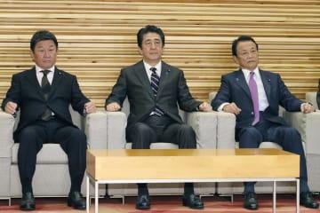 閣議に臨む(左から)茂木経済再生相、安倍首相、麻生財務相=28日午前、首相官邸